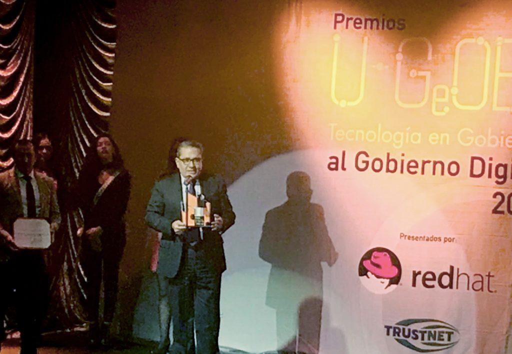Rogelio Campos Cornejo, director del IIEG Jalisco, recibiendo el premio U-Gob al Gobierno Digital 2017.
