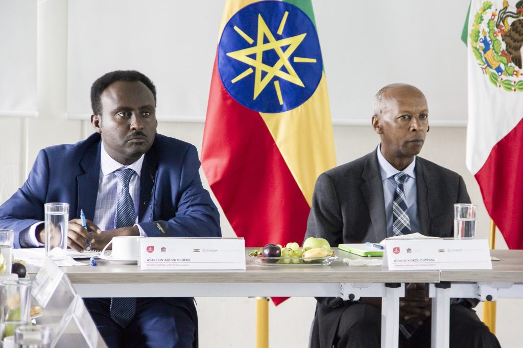 Sr. Biratu Yigezu Gutema (der.) y Asalfew Abera Gebere (izq.), de la Agencia Central de Estadística de Etiopía (Central Statistical Agency of Ethiopia)