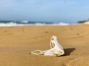 Cubrebocas tirado en la playa